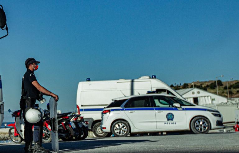 Politiet bevogter Mavrovouni-lejren og der er ikke adgang for journalister. Foto: Mikkel Rönnau.