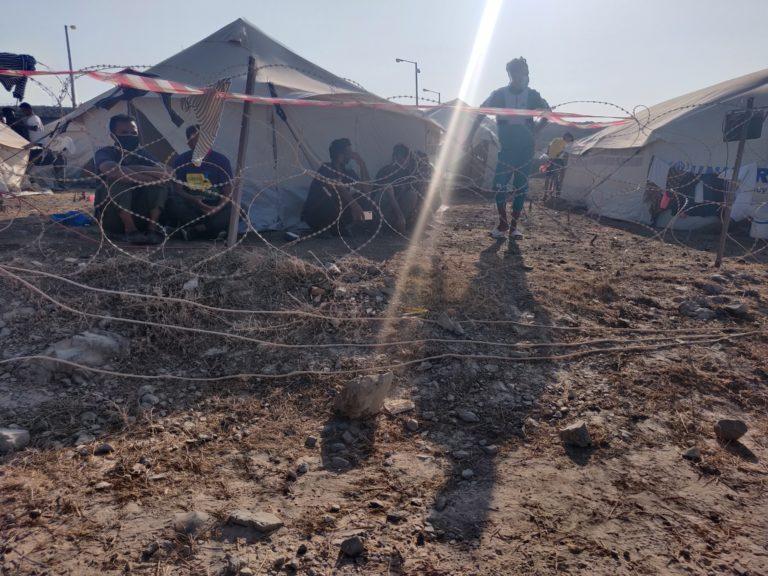 Coronasmittede holdes isoleret bag pigtråd til skue for resten af lejren. Billedet blev taget i september 2020, hvor det stadig var muligt at snige sig ind i lejren. Foto: Florian Elabdi