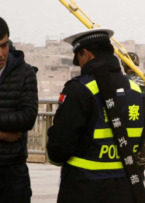 Uighursk mand får tjekket sit ID-kort ved chekpoint i Xinjiang. Af: Human Rights Watch