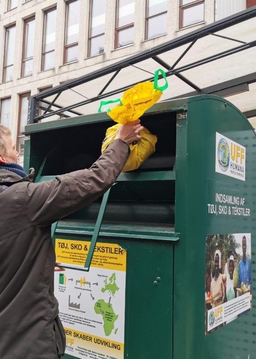 600 steder rundt om i Danmark kan man finde en UFF-container. I 2019 gik ingen af pengene, som foreningen tjente på tøjindsamling til de ulandsprojekter, foreningen reklamerer for på siden af containeren. Foto: Ronja Pilgaard